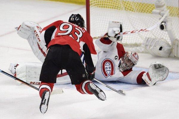 Brankár Montreal Carey Price zasahuje pri akcii Miku Zibanejada z Ottawy.