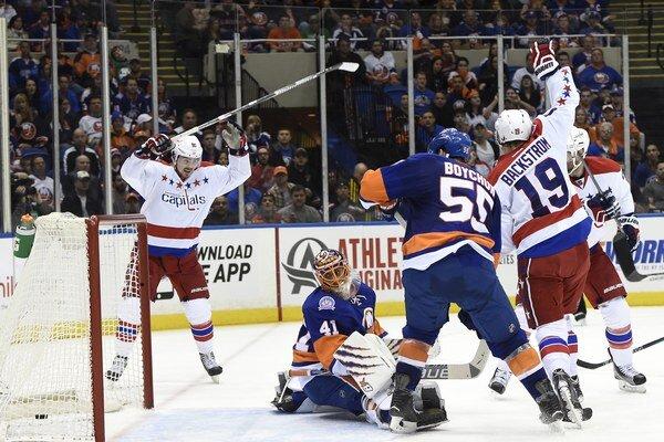 Hokejisti Washingtonu (v bielom) nakoniec Haláka a spol. zastavili hneď v úvodnom kole play off.