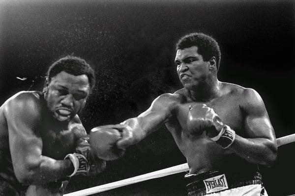 Muhammad Ali (vpravo) v legendárnom súboji udiera Joa Fraziera.