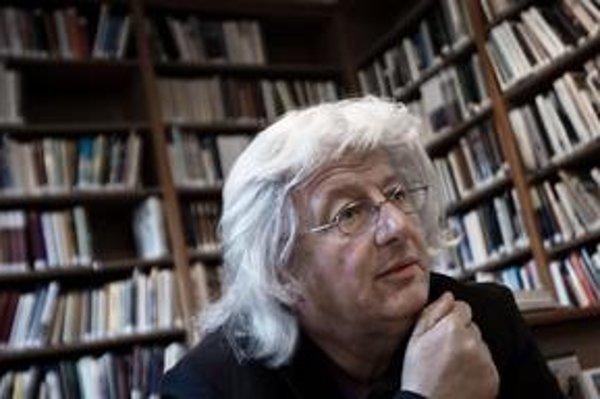 Péter Esterházy (1950), spisovateľ, publicista, zakladajúci člen Digitálnej Literárnej Akadémie, jeden z najvýznamnejších predstaviteľov súčasnej maďarskej literatúry, výrazná osobnosť európskej literatúry, držiteľ významných domácich aj zahraničných ocen