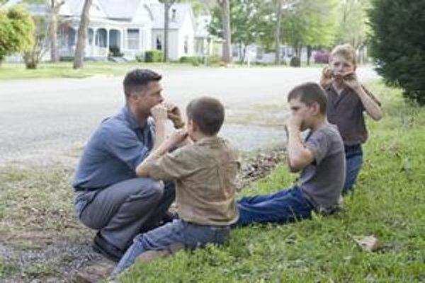 Brad Pitt ako prísny otec troch synov, najstaršieho z nich hrá v dospelom veku Sean Penn. Film Strom života získal Zlatú palmu v Cannes.