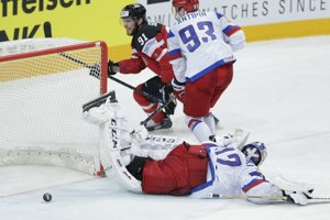 Tyler Seguin (s číslom 91) prekonáva ruského brankára Sergeja Bobrovského.