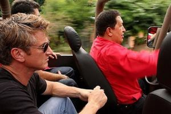 Sean Penn šiel za Hugom Chávezom.