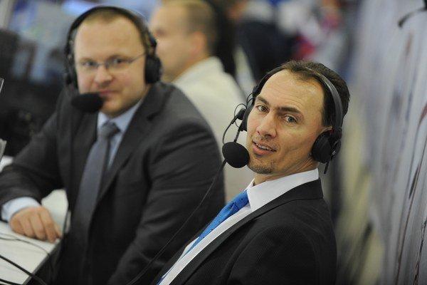Na nedávno skončených MS pomáhali ako spolukomentátori bývalí hokejisti. Na snímke Miroslav Šatan (vpravo), v pozadí vľavo komentátor Pavol Gašpar.