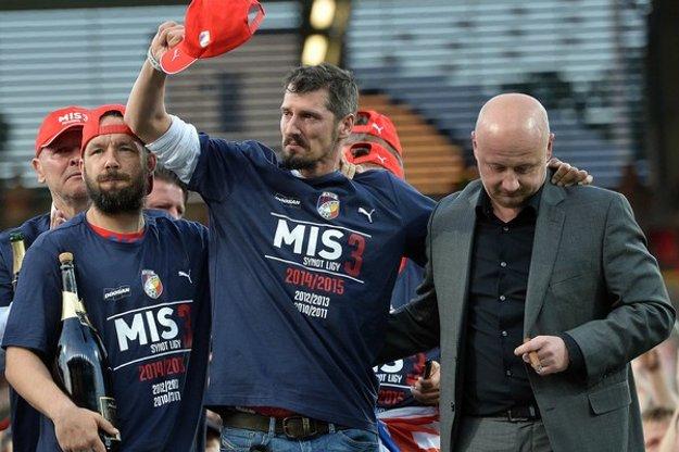 Marián Čišovský máva červenou čiapkou. Vľavo ho sprevádza bývalý kapitán Plzne Pavel Horváth.