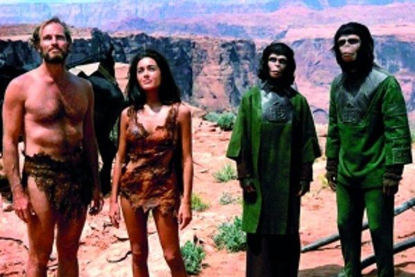 Astronaut Taylor pristane na Planéte opíc, nájde si divožienku a s pomocou šimpanzích vedcov Ziry a Cornelia bojuje o svoje ľudské práva