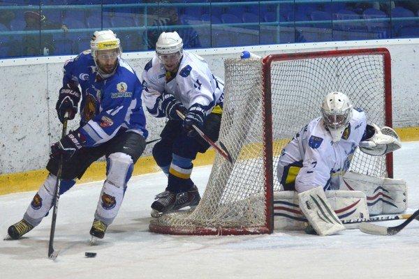 Branislav Srnka z Detvy (vľavo) sa snaží ohroziť brankára Spišskej Novej Vsi Robina Blažíčka.