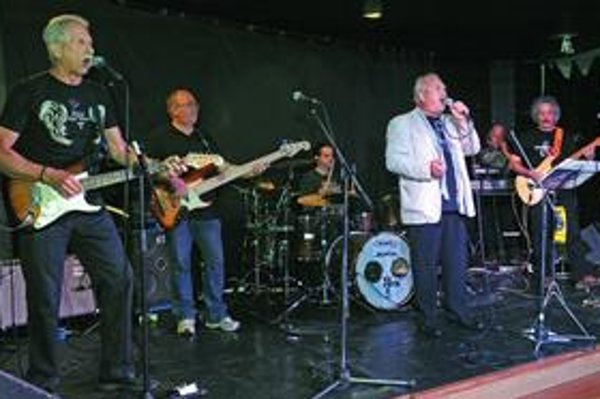 Kapela The Buttons počas minulotýždňového krstu cédečka Between The Stones.