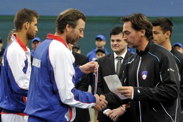 Zľava: Martin Kližan, nehrajúci kapitán slovenského tímu Miloš Mečíř a nehrajúci kapitán slovinského tímu Blaž Trupej.