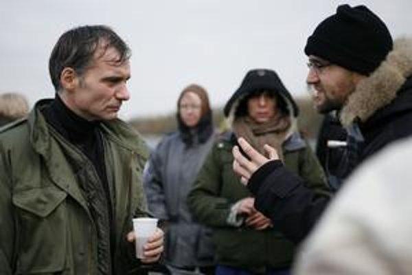 Herec Ivan Trojan a režisér Peter Krištúfek (vpravo) počas nakrúcania filmu Viditeľný svet.