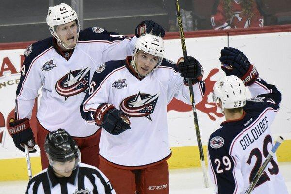Marko Daňo (v strede) má iba dvadsať rokov a v NHL hrá prvú sezónu. Podáva však výborné výkony a patrí medzi najlepších hráčov tímu.