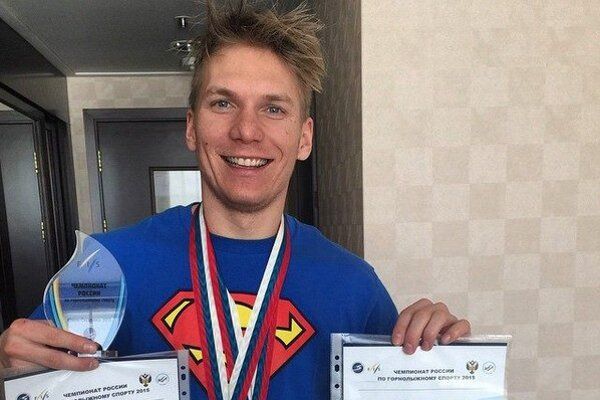 Adam Žampa s trofejami z majstrovstiev Ruska, na ktorých štartoval v uplynulých dňoch.