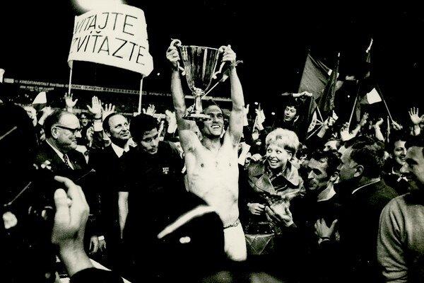 V roku 1969 získal Slovan po výhre nad Barcelonou Pohár víťazov pohárov, Michal Vičan druhý sprava.