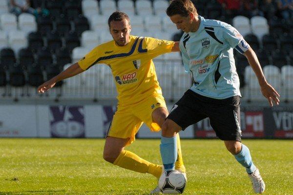 Michal Dian (vľavo) hrával v minulosti aj za Spartak Myjava. Na snímke sa snaží obrať o loptu futbalistu Nitry Matúša Pauknera.