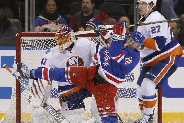 Center tímu New York Rangers J.T. Miller (s číslom 10) a brankár New York Islanders Jaroslav Halák, vpravo je center Islanders Anders Lee (27).