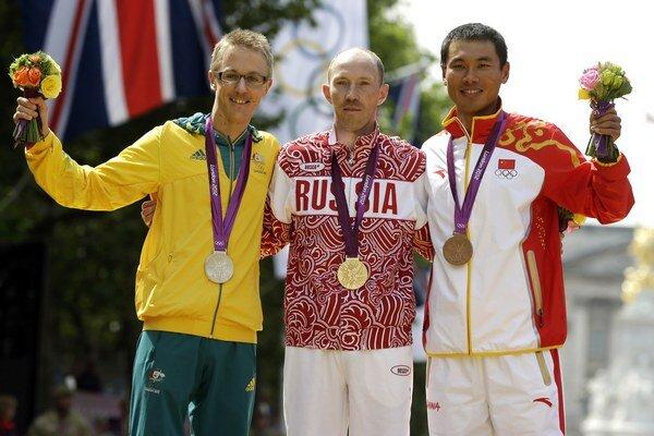 V strede ruský dopingový hriešnik Sergej Kirďapkin, vľavo Austrálčan Jared Tallent, ktorý sa ohradil proti postupu Ruskej antidopingovej agentúry.
