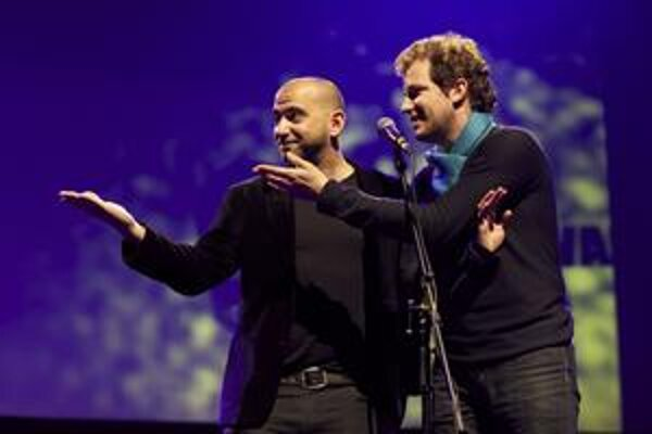 Matthieu Darras (vpravo) priviedol v roku 2010 na otvorenie MFF Bratislava renomovaného režiséra Pabla Trapera z Argentíny. Darras neskôr z pozície programového riaditeľa odstúpil.