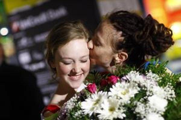 Režisérka Ingrid Veninger so svojou dcérou Hallie Switzer na premiére filmu Modra v Bratislave. Hallie v ňom zahrala to, čo Ingrid prežila v sedemnástich rokoch na Slovensku.