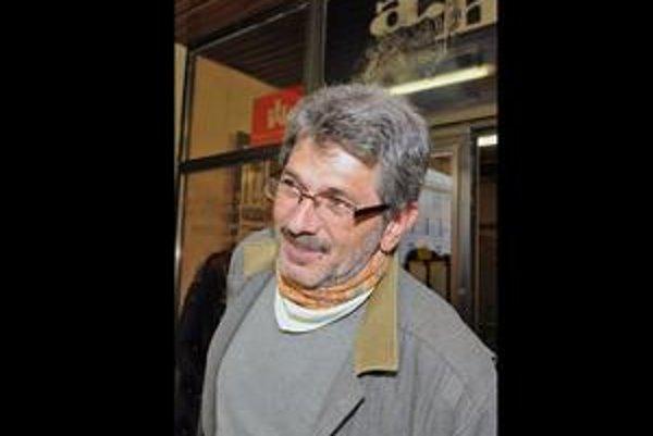 Oleg Pastier (1952), básnik, editor, vydavateľ. Počas normalizácie spoluvydával samizdatové časopisy a knihy, v súčasnosti je šéfredaktorom časopisu Fragment a jeho knižnej edície. Je autorom básnických zbierok Plot, Oko za zub, Možno a ďalších, knižného