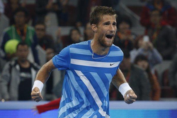 Slovenský tenista Martin Kližan sa teší po výhre nad Španielom Rafaelom Nadalom vo štvrťfinále dvojhry v Pekingu 3. októbra 2014.