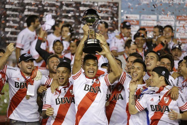 Teofilo Gutierrez z River Plate v strede.