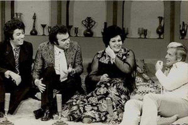 Záber z iránskej televízie z roku 1978, rok pred islamskou revolúciou. Obleky, kravaty a priesvitné šaty čoskoro skončia.