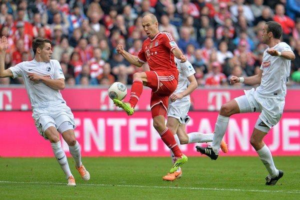 Traja hráči Freiburgu sa snažia brániť Arjena Robbena z Bayernu Mníchov. Ich novým spoluhráčom bude americký univerzitný brankár.