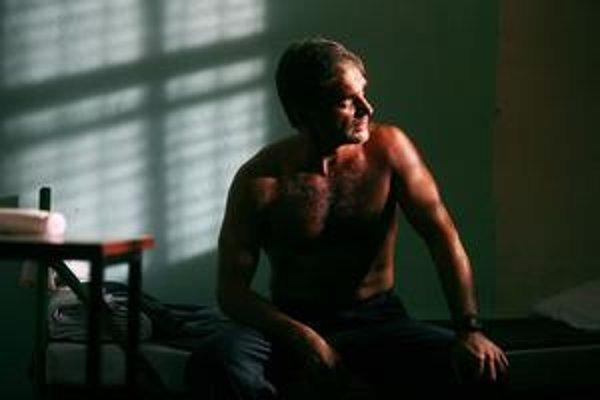 Filmový Kajínek (Konstantin Lavronenko) je na viacnásobného vraha až príliš sexi, príliš inteligentný a príliš charizmatický.