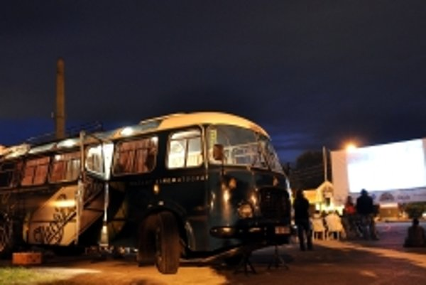 Na svoje si prišli počas 18. ročníka Art Film Festu 2010 aj milovníci premietania filmov pod holým nebom, každým večer sprevádzajú návštevníkov dva autobusy Bažant Kinematografu, jeden na Štúrovom námestí v Trenčíne a druhý v Trenčianskych Tepliciach.