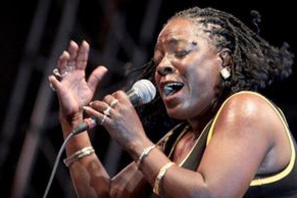 Sharon Jones sa narodila v rovnakom meste ako slávny spevák James Brown. V detstve ho často imitovala a spievala aj v kostolnom zbore, no na rozdiel od neho sa na scéne presadila až ako štyridsiatnička. Návrat ku koreňom soulu a funku jej však získal veľa