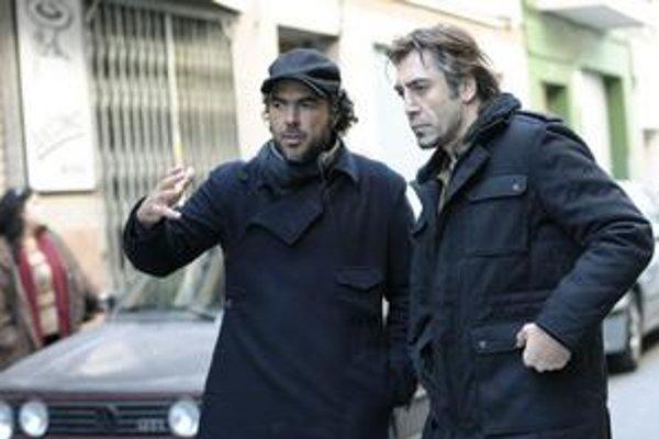 V Barcelone, pri nakrúcaní filmu Biutiful. Vľavo režisér Alejandro Iňárritu, vpravo herec Javier Bardem.