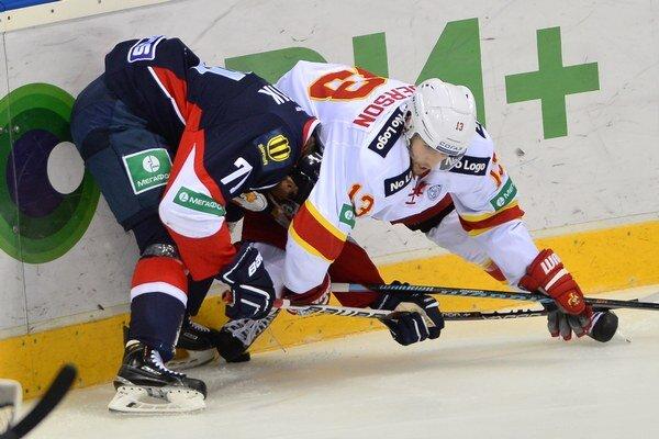 Tomáš Netík (Slovan) a vpravo Ryan Gunderson (Jokerit) v hokejovom zápase KHL.
