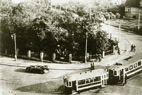 Atentát na Heydricha plánovali Jozef Gabčík a Jan Kubiš na križovatke v Libni. Spisovateľ Laurent Binet píše aj o tom, ako sa obávali variantu, že jeho mercedesu skríži cestu električka.