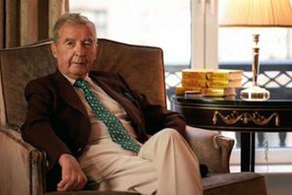 Dick Francis na archívnej snímke z roku 2000.