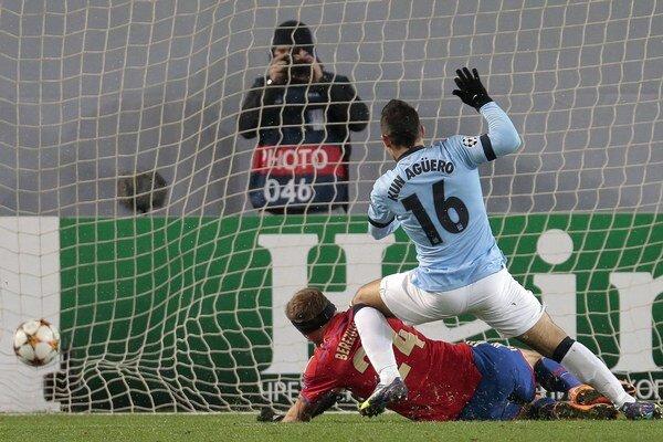 Sergio Agüero strieľa úvodný gól v Moskve.