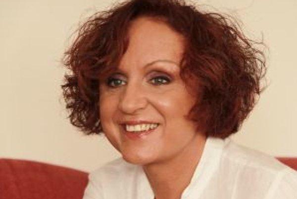 Narodila sa v roku 1952 v Prahe, jej pôvodné meno bola Jana Petrů. Odmalička sa venovala spevu. V roku 1972 si ju na jednej zo speváckej súťaží všimol Pavel Větrovec, pomohol jej, zároveň nastúpila do divadla Semafor, v ktorom strávila šesť sezón. V roku