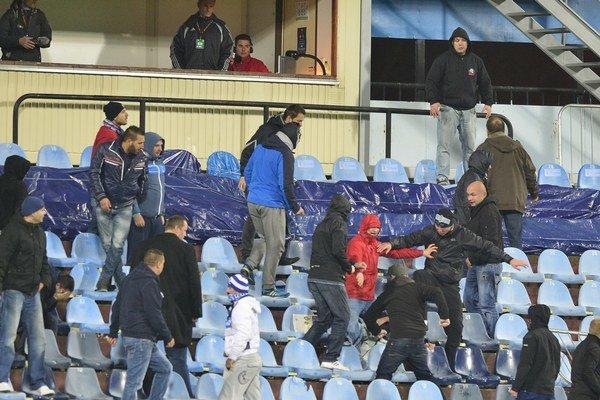 Na snímke bitka medzi fanúšikmi počas prerušenia zápasu Slovan - Sparta.