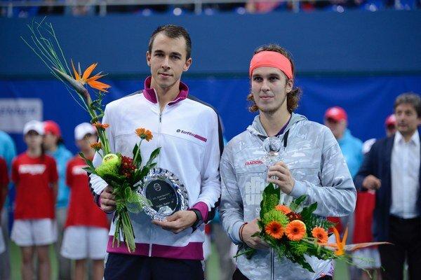 Lukáš Lacko (vpravo) sa vlani stal prvým dvojnásobným singlovým víťazom bratislavského challengeru Slovak Open. Vo finále dvojhry si ako turnajová štvorka poradil s najvyššie nasadeným obhajcom titulu Čechom Lukášom Rosolom (vľavo)