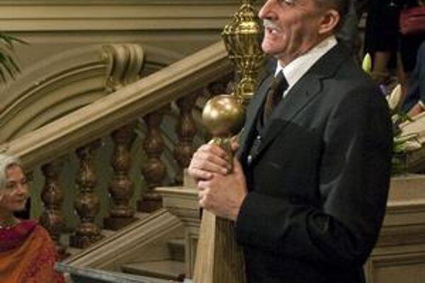 Chartista a úspešný psychiater si preberá cenu za zásluhy. Vo filme Kawasakiho ruže ho hrá Martin Huba a za svoj výborný výkon by mohol dostať Českého leva.
