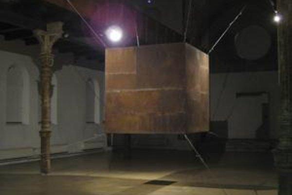 Záber z výstavy Milana Mikulu v trnavskej synagóge.