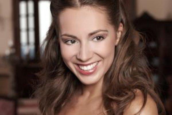Adriana Kučerová (32), speváčka – sopranistka. Štúdiá absolvovala na VŠMU v Bratislave a Národnom konzervatóriu v Lyone. Dvere do sveta jej otvorilo prvé miesto a tri ďalšie ceny na prestížnej súťaži Hansa Gabora Belvedere vo Viedni z roku 2005. Prvé zahr