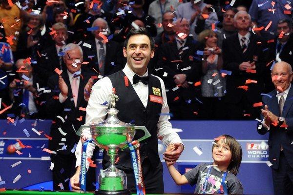 Ronnie O'Sullivan po zisku titulu majstra sveta v roku 2012 so synom Ronniem.