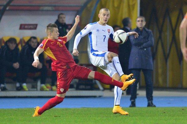 Vľavo Egzijan Alilovski (Macedónsko) a vpravo Vladimír Weiss (Slovensko) v zápase medzi Macedónskom a Slovenskom.