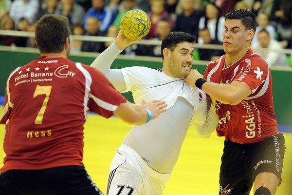 Victor Donoso z Topoľčian (v strede) sa pokúša presadiť cez obranu Winterthuru.