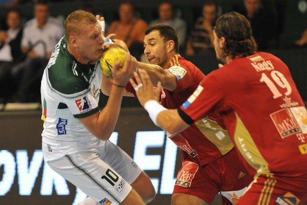 Dajnis Krištopans z Prešova v súboji s obranou Veszprému v zápase 1. kola SEHA GSS League.
