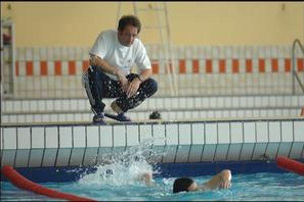 Vincent Lindon v úlohe plaveckého trénera z  Calais. Tomu, že by mladý Iračan dokázal preplávať La Manche, neverí. Ale taký sen má význam aj preňho.