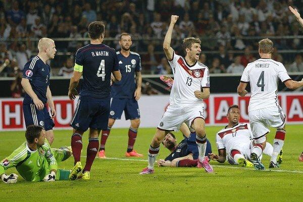 Thomas Müller oslavuje gól proti Škótsku.
