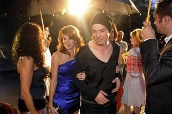 Na snímke mladý český herec Václav Jiráček (tretí zľava), ktorý stvárnil hlavnú úlohu Jánošíka, prichádza na slávnostnú premiéru.