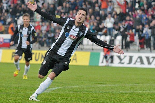 Štefan Pekár oslavuje svoj gól.
