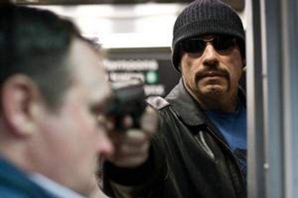 Trochu dynamiky vo filme neobstarajú herci, ale súpravy metra. Zvyšok je na kamere, strihu a zneisťujúcej, provokatívnej hudbe. A v tomto, ako už veľa ráz dokázal, je Scott doma.